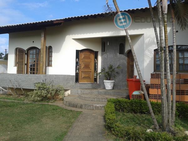 casa térrea com 4 dormitórios sendo 1 suíte com piso em madeira, 2 banheiros com box...