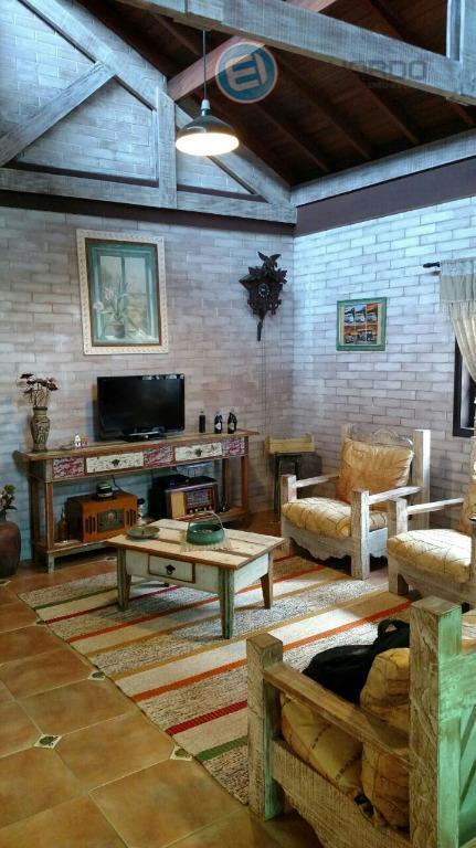 linda casa em condomínio de alto padrão.03 dormitórios, 01 suite, 04 vagas de garagemcasa térrea, seguindo...