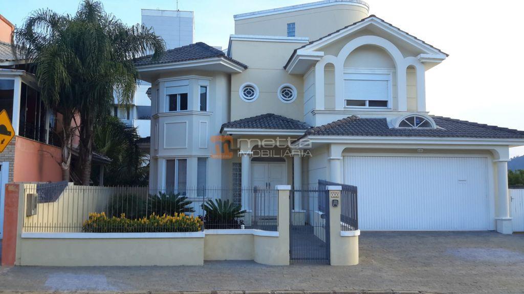 Linda casa com 04 dormitórios em localização privilegiada.