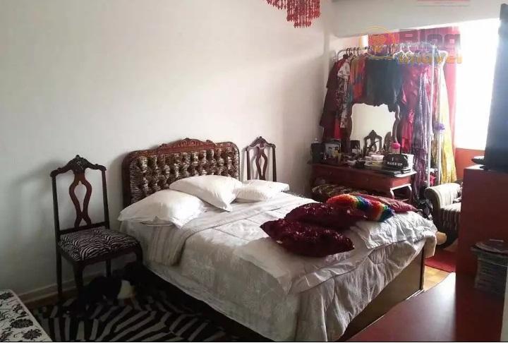 sala para 2 ambientes. piso em taco de madeira. armário no dormitório e banheiro. não tem...