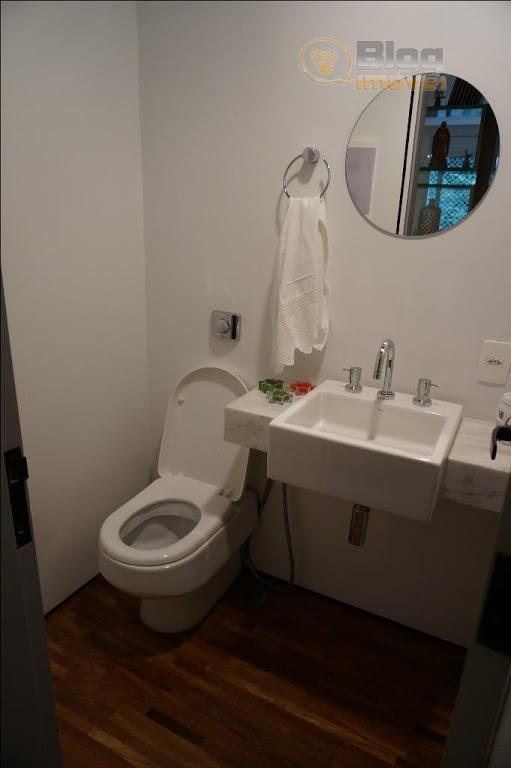 apartamento reformado inclusive com parte hidráulica e elétrica. dormitório de empregada virou closet. são 02 suítes...
