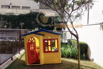 aconchegante apartamento em piso de madeira com 2 dormitórios, 1 banheiro com box, sala com parede...