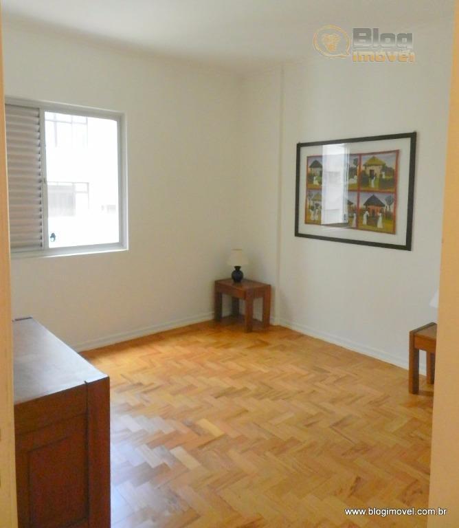 apartamento totalmente mobiliado, revestido em tacos de madeira, sistema de iluminação por meio de spots e...