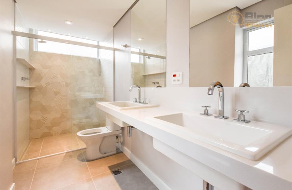 apartamento revestido com piso de taco de madeira (formato espinha de peixe), infraestrutura para receber ar...