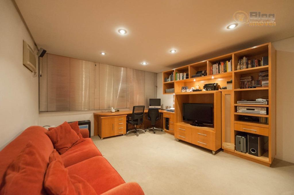 apartamento com boa vista urbana, revestido com tábuas de madeira nas áreas sociais e carpete nas...