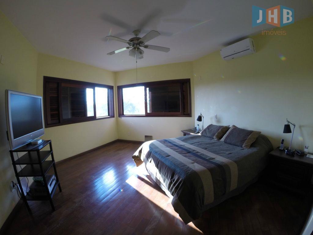 4 suítes sendo uma com closet e hidro, sala 3 ambientes, escritório, lavabo, wc social com...