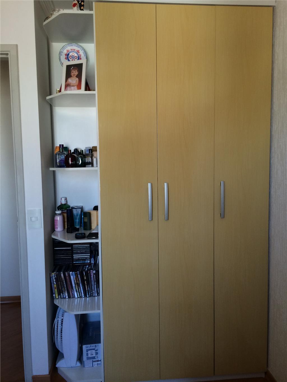apartamento todo reformado, todo em laminado e mobiliado, com duassacadas, uma vaga de garagem coberta.(200).