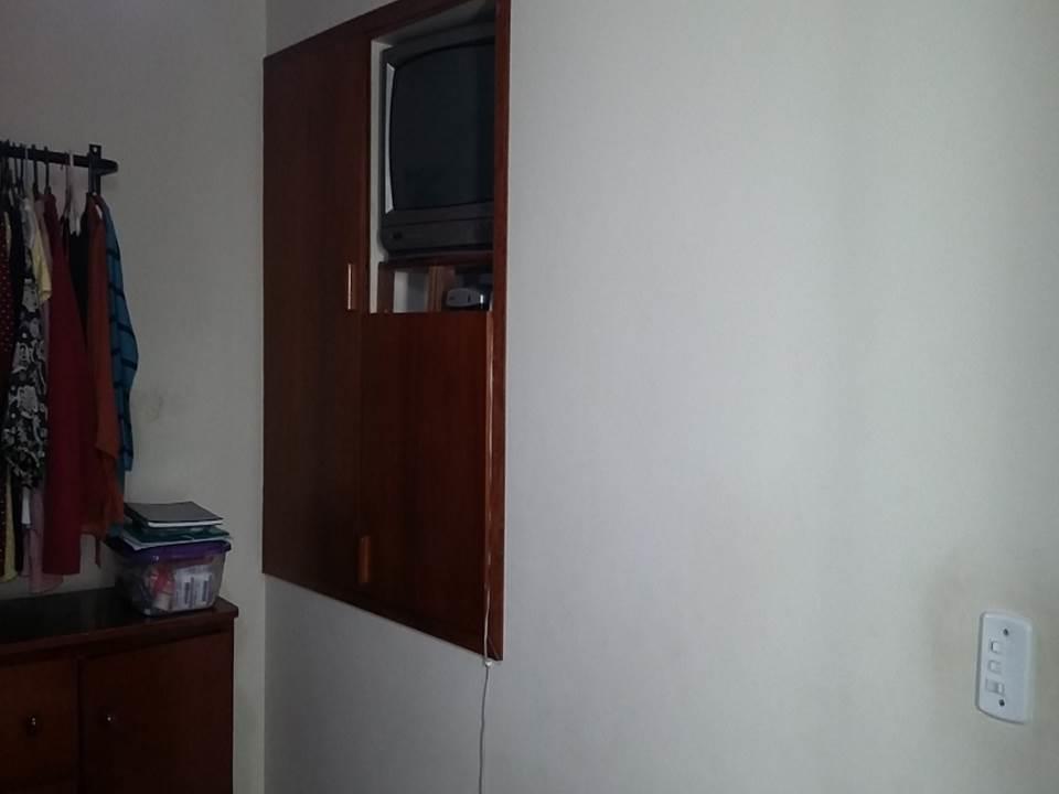 casa toda reformada em piso cerâmico e molduras em gesso no teto, sendo 2 dormitórios com...