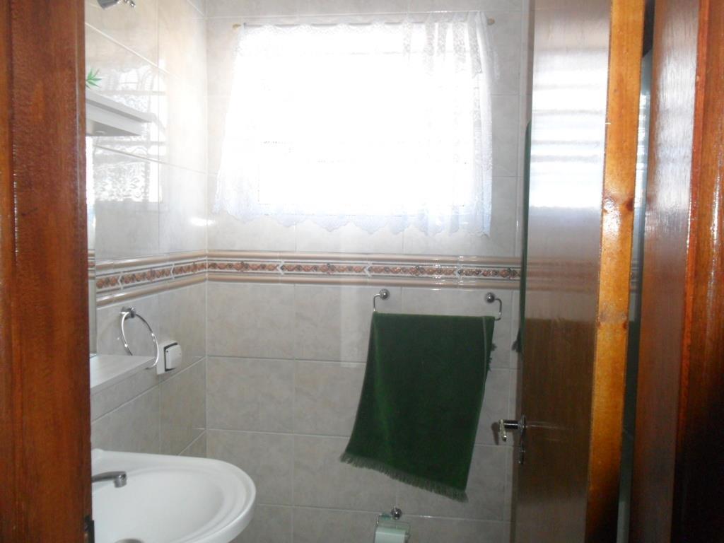 sobrado bem conservado com 03 dormitórios sendo 1 suite, wc social com box blindex, sala ampla,...