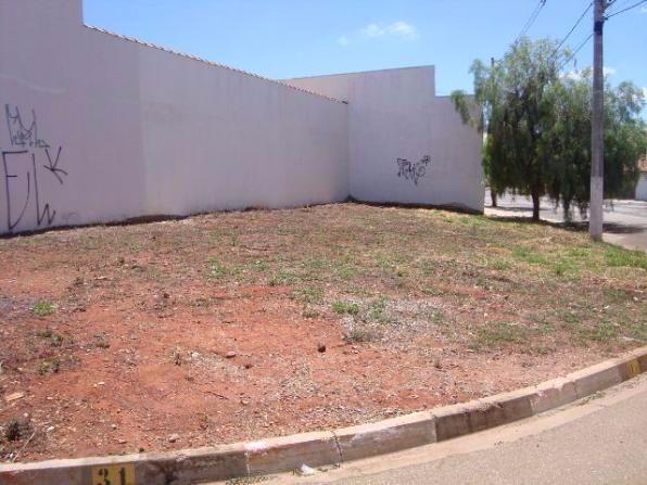 terreno bem localizado, de esquina, com metragem total de 204,80, o mesmo tem 6,22 metros de...