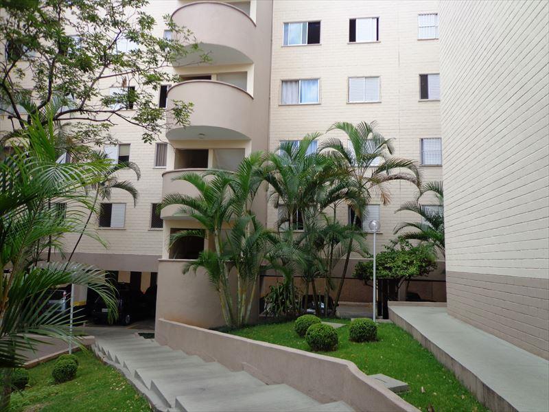 Apartamento amplo e com excelente localização.