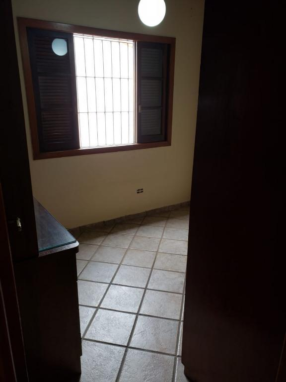 linda casa térrea em área arborizada com sala de visita com 2 ambientes. dois banheiros. um...