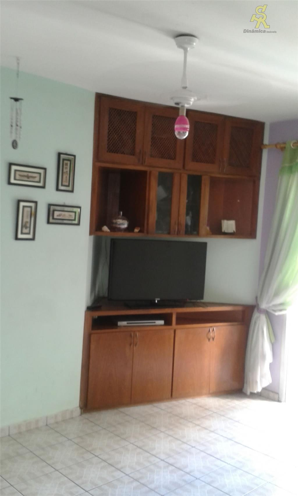 2 dormitórios com armários, sala 2 ambientes com sacada, cozinha com armários , wc, lavanderia. condomínio...