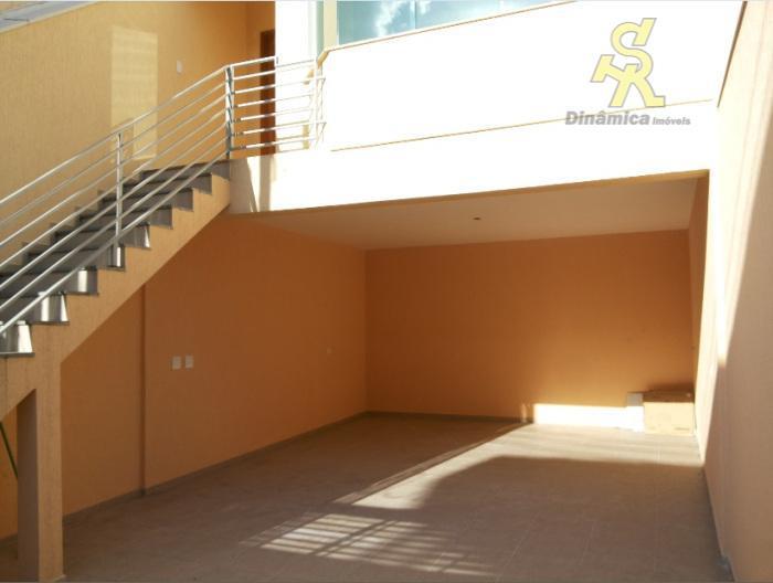 3 dormitórios(1 suite), sala ampla, cozinha,wc social, lavabo, quintal com churrasqueira, lavanderia, 3 vagas de garagem.ótima...