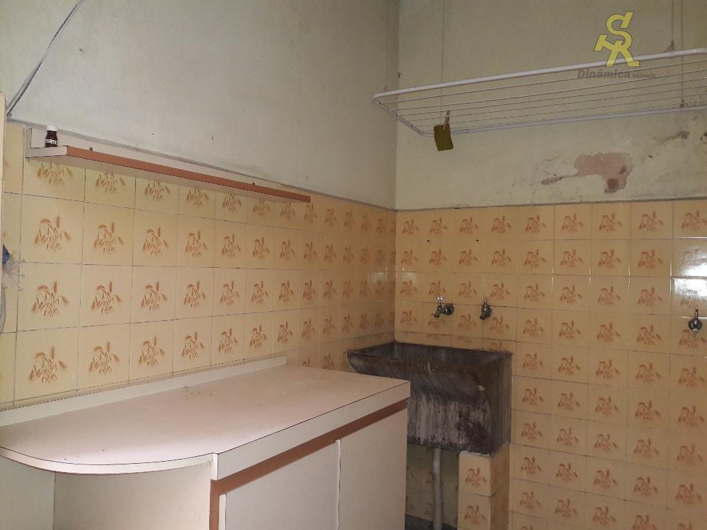 3 dormitórios, sala, cozinha, 2 banheiros, corredor lateral, lavanderia coberta. wc de serviço, 4 vagas cobertas.