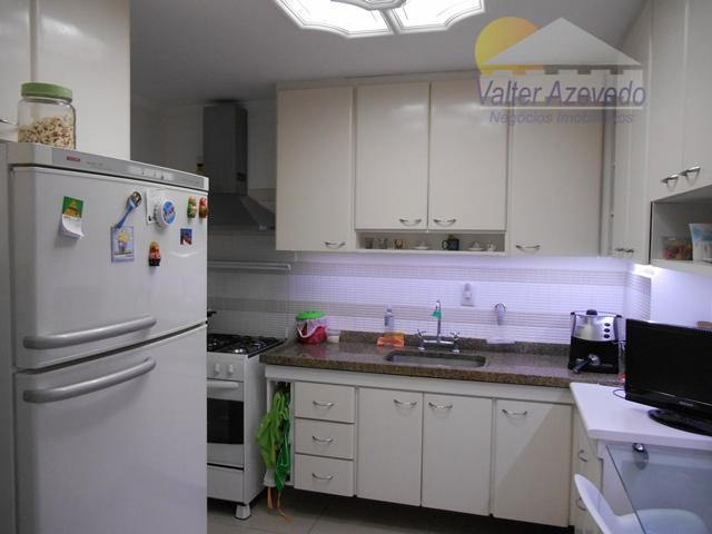 apartamento de excelente localização...03 dormitórios sendo 01 suíte, varanda grande fechada com vidros, armários, escritório, 02...