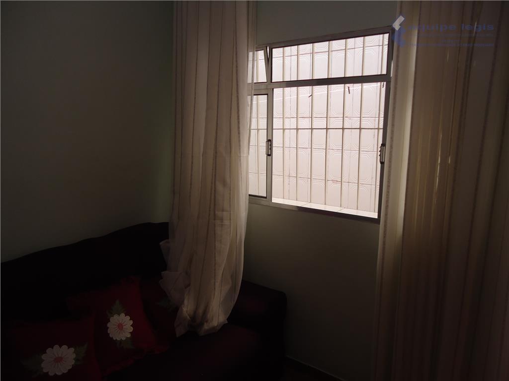casa com 02 dormitórios, sala, cozinha, banheiro, área de serviço, corredor lateral, 02 vagas de carros...