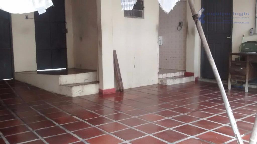 casa com 3 dormitórios, sala, cozinha, copa, banheiro, área de serviço, quintal, corredor lateral. nos fundos:...