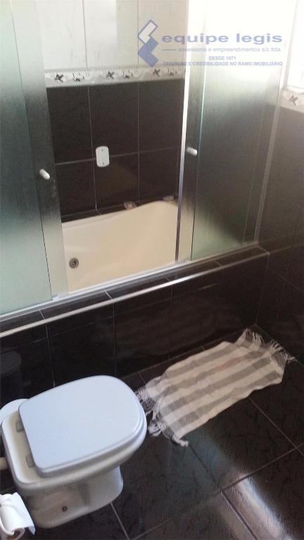 ótima casa com 3 dormitórios, sala,cozinha,banheiro,área de serviço,3 vagas,+2 cômodos e banheiro nos fundos, 1 poço...