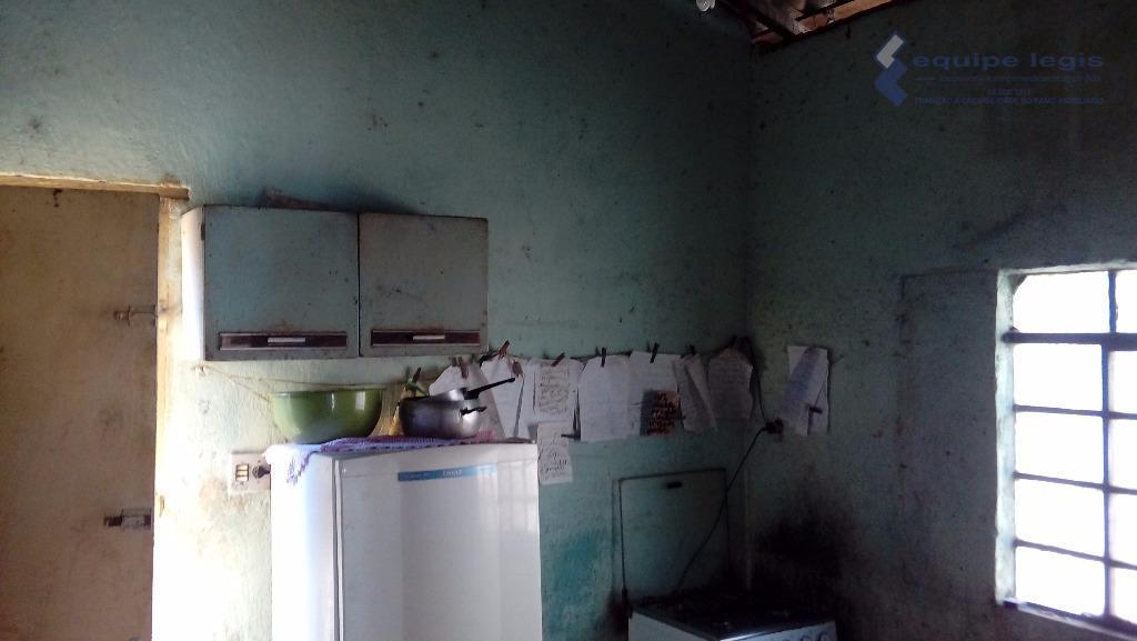 casa antiga com 2 dormitórios, sala, cozinha, banheiro, área de serviço, quintal, corredor lateral, 1 vaga...