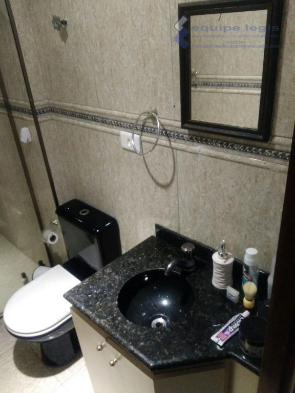 apartamento com 2 dormitórios sendo um com guarda roupa,piso laminado e portas de madeira,sala, cozinha americana...