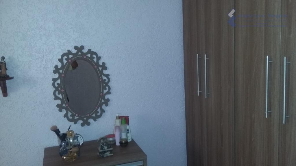 casa com 2 dormitórios, sala, cozinha com armários, banheiro, área de serviço, 1 vaga com portão...