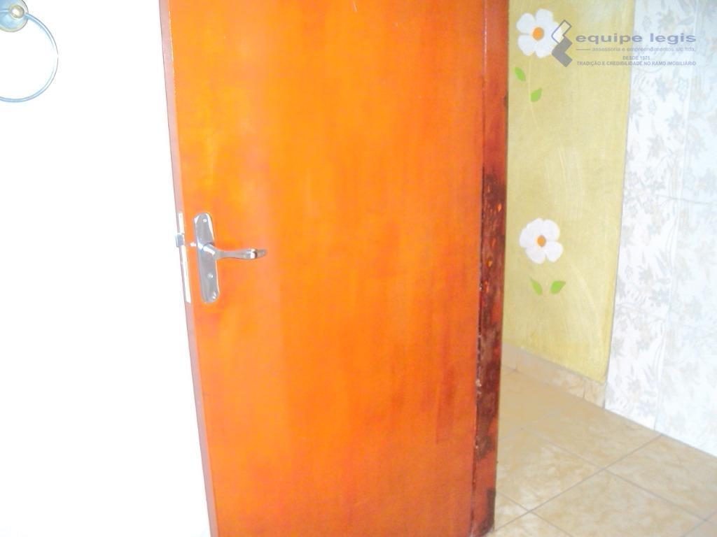 casa com: 02 dormitórios, sala, cozinha, 02 banheiros, área de serviço e 01 vaga na garagem//...