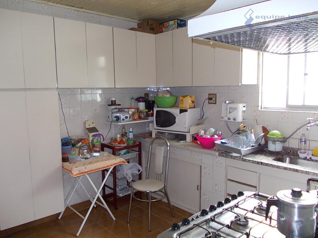 casa com 3 dormitórios, sala,cozinha, banheiro,a/de serviço, 6 vagas,quintal,metragem do terreno 10m de frente por 50m...