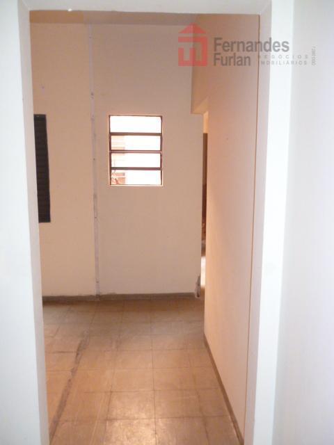 03 salas pequenas, 03 salas grandes, 03 salas grandes com bancada de alvenaria, 04 banheiros, piso...