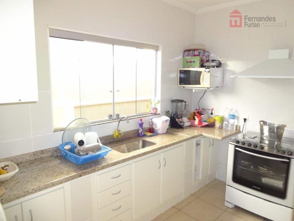 casa térrea no condomínio terras iv, toda reformada com 4 dormitórios, todos com armários 1 reversível...