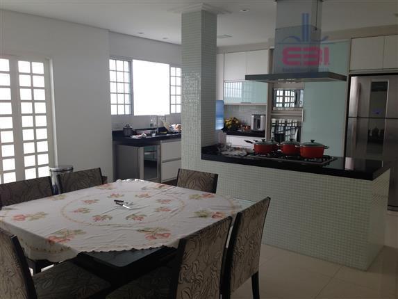 casa térrea totalmente isolada, modernizada, terreno plano com 558 m, muito ensolarada, 3 amplas suítes, todas...
