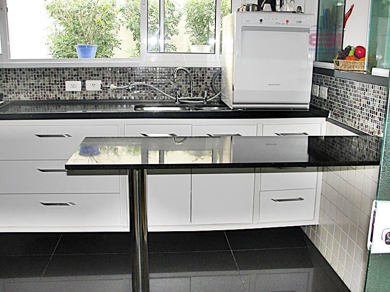 excelente sobrado em condomínio fechado com 8 casas.237m², 3 suíte sendo uma master com hidro, ampla...