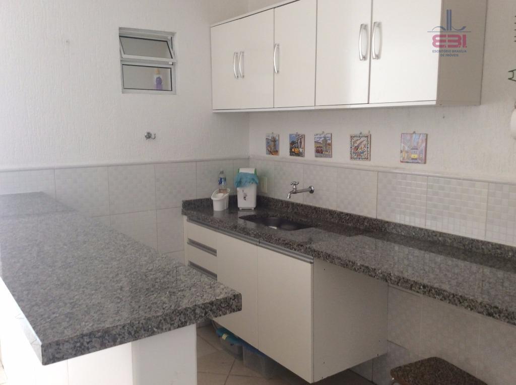 lindo sobrado com 207m², em condomínio fechado.com 165m² de área construída, 3 dormitórios com armários embutidos...