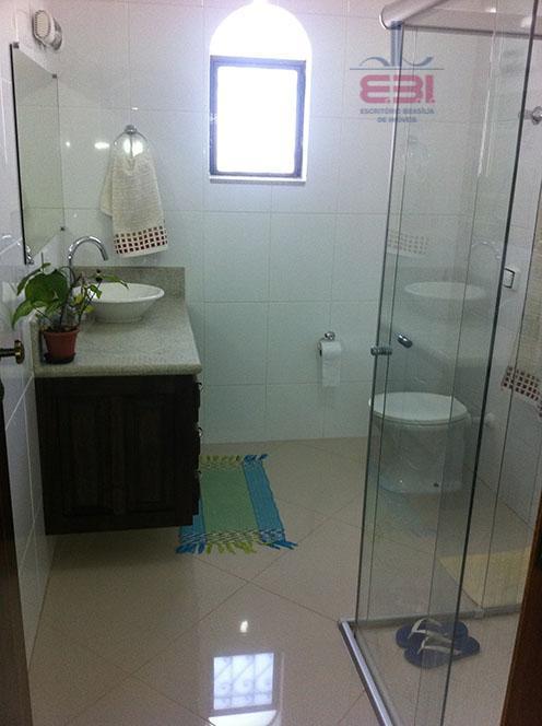 excelente cada em condomínio fechado na serra.com 485m² de área construída, 2 salas amplas, lavabo, cozinha...