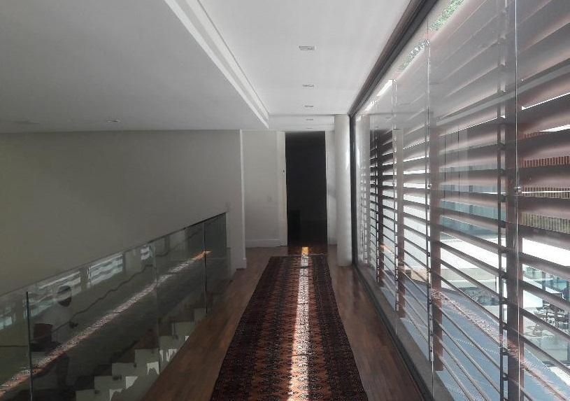belíssima mansão no melhor condomínio da granja viana, de altíssimo padrão, com 4 suítes, sendo 1...