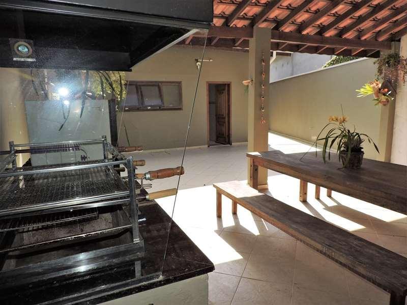 ótima casa com pé direito alto em boa localização no condomínio, final de rua com muita...