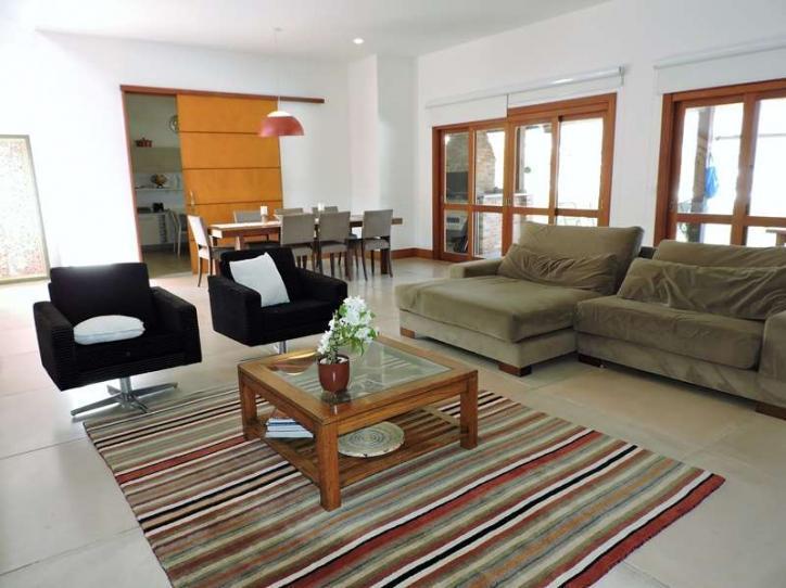 casa com ótimo projeto e estilo, envidraçada, muito bem iluminada e ótimo acabamento, repleta de armários...