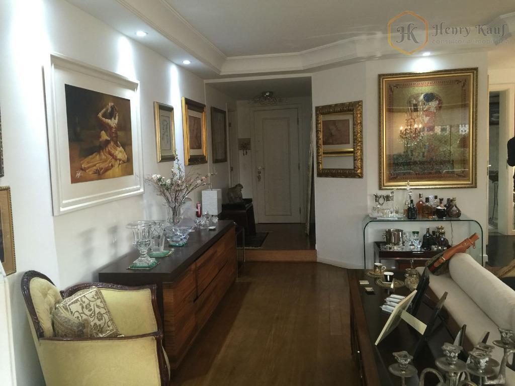 amplo apartamento com 220m² de área útil. todo reformado. fino acabamento. 4 suítes, todas com armários....