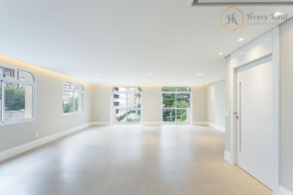 Excelente apartamento amplamente reformado, disponível para venda no Itaim Bibi.