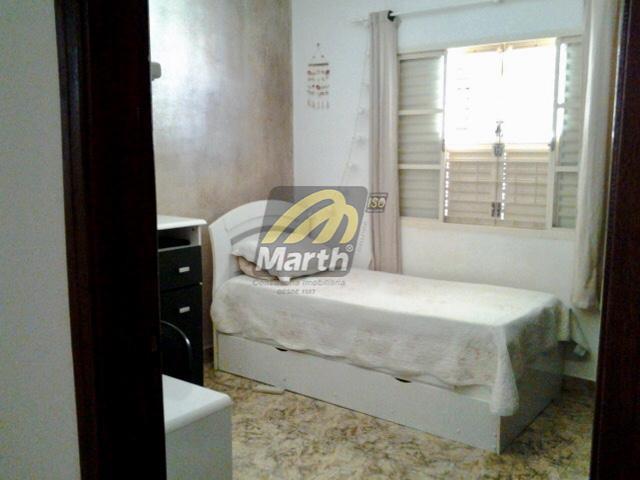 casa com 3 dormitórios, sendo 1 com sacada (1 dos dormitórios no piso inferior), 2 salas...