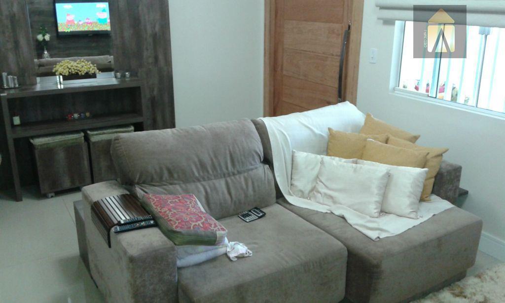 01 suite com sacada, 02 dormitórios, lavabo, sala, banheiro social,cozinha,área de serviço, churrasqueira, garagem.