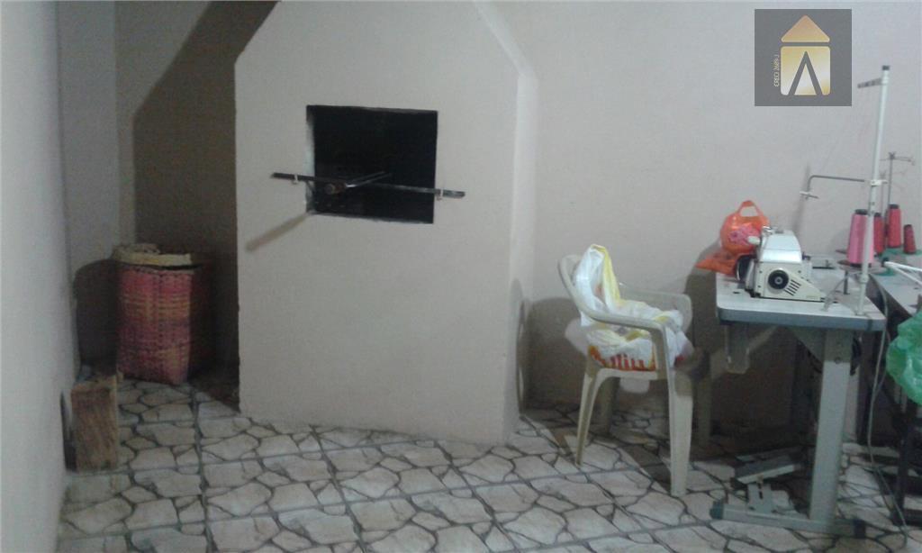 03 dormitórios, sala, copa,banheiro,  cozinha, área de serviço,garagem.