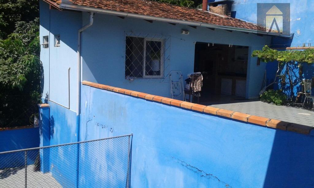 excelente residência localizada na subida do morro da cruz, com vista parcial da cidade de itajai.