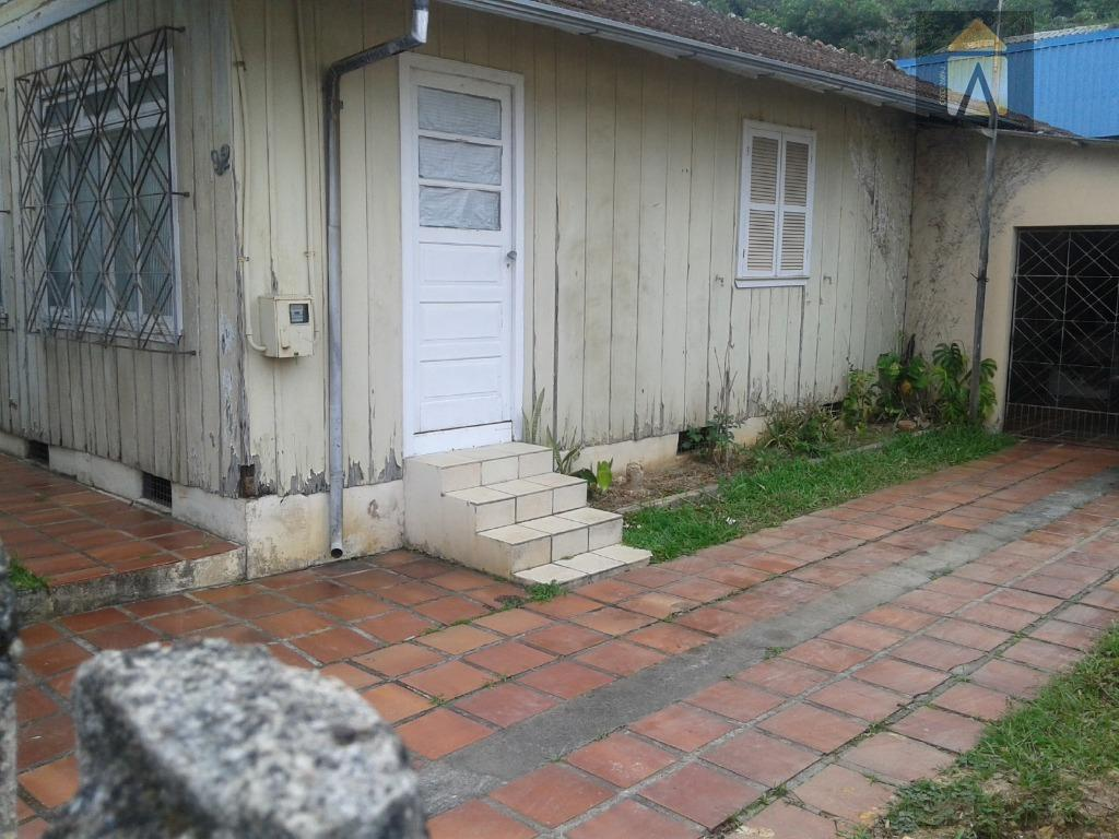 ótimo terreno com uma casa de madeiralocalização excelente!