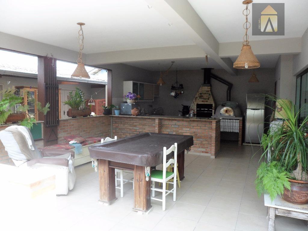 linda casa localizada em uma rua tranquila de uma das regiões mais valorizadas do momento, praia...