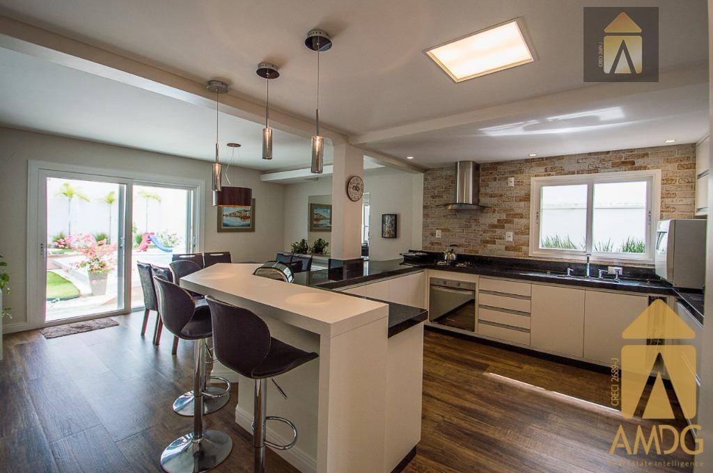01 suíte master, 03 dormitórios, 04 banheiros, 02 salas, cozinha, área de serviço, garagem para 04...