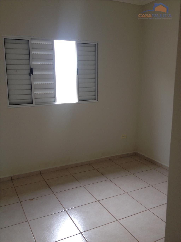casa térrea com sacada, sala de estar, cozinha modelo americano, 2 dormitórios sendo 1 suíte, 1...