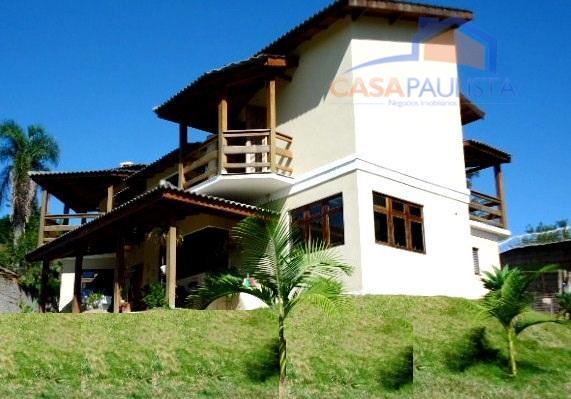 linda casa com portas, janelas e detalhes em madeira, sala de estar com lareira, sala de...