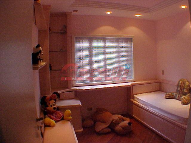03 dormitórios sendo suíte, 03 salas, lavabo, cozinha , copa, salão de jogos, sauna, piscina, churrasqueira,...
