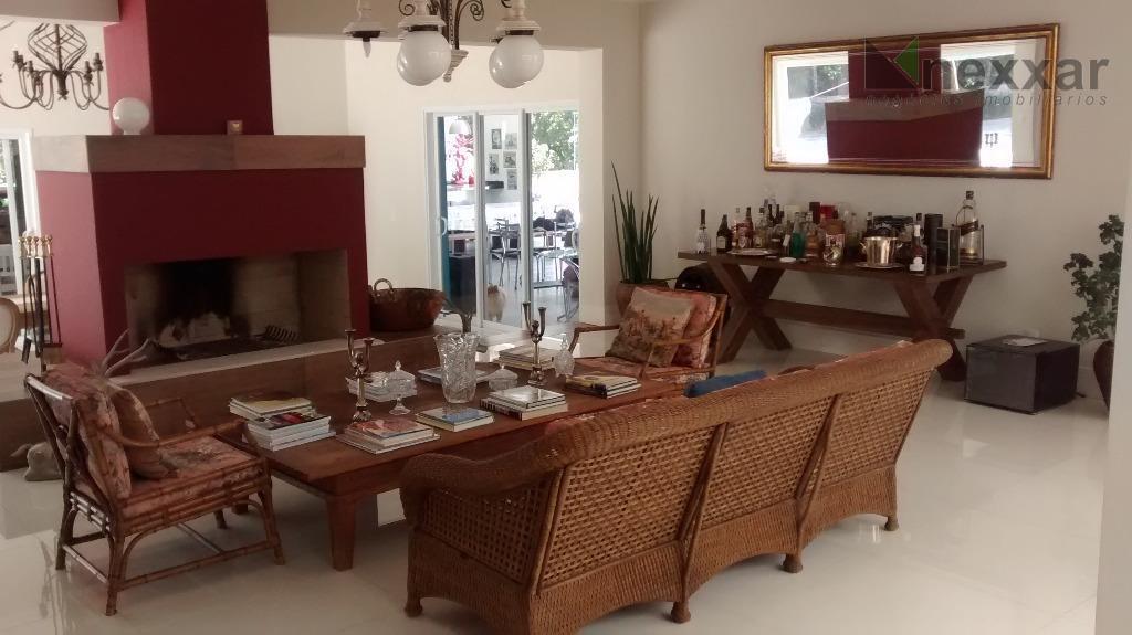 casa em condomínio de altíssimo padrão c/ 5 suítes ricas em armários, sendo 1 master c/...